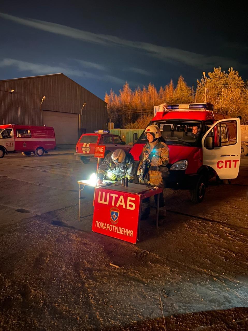 Пожарно-спасательные подразделения ликвидируют пожар в Ломоносовском районе
