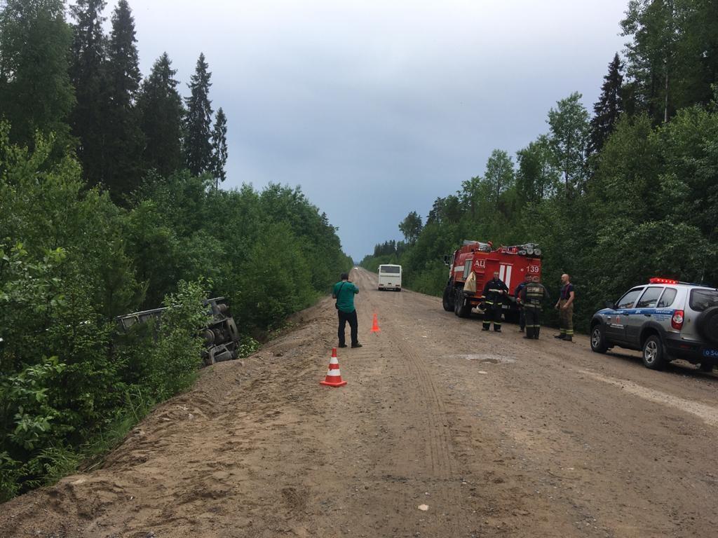 Спасатели Ленинградской области приняли участие в ликвидации последствий ДТП в Подпорожском районе